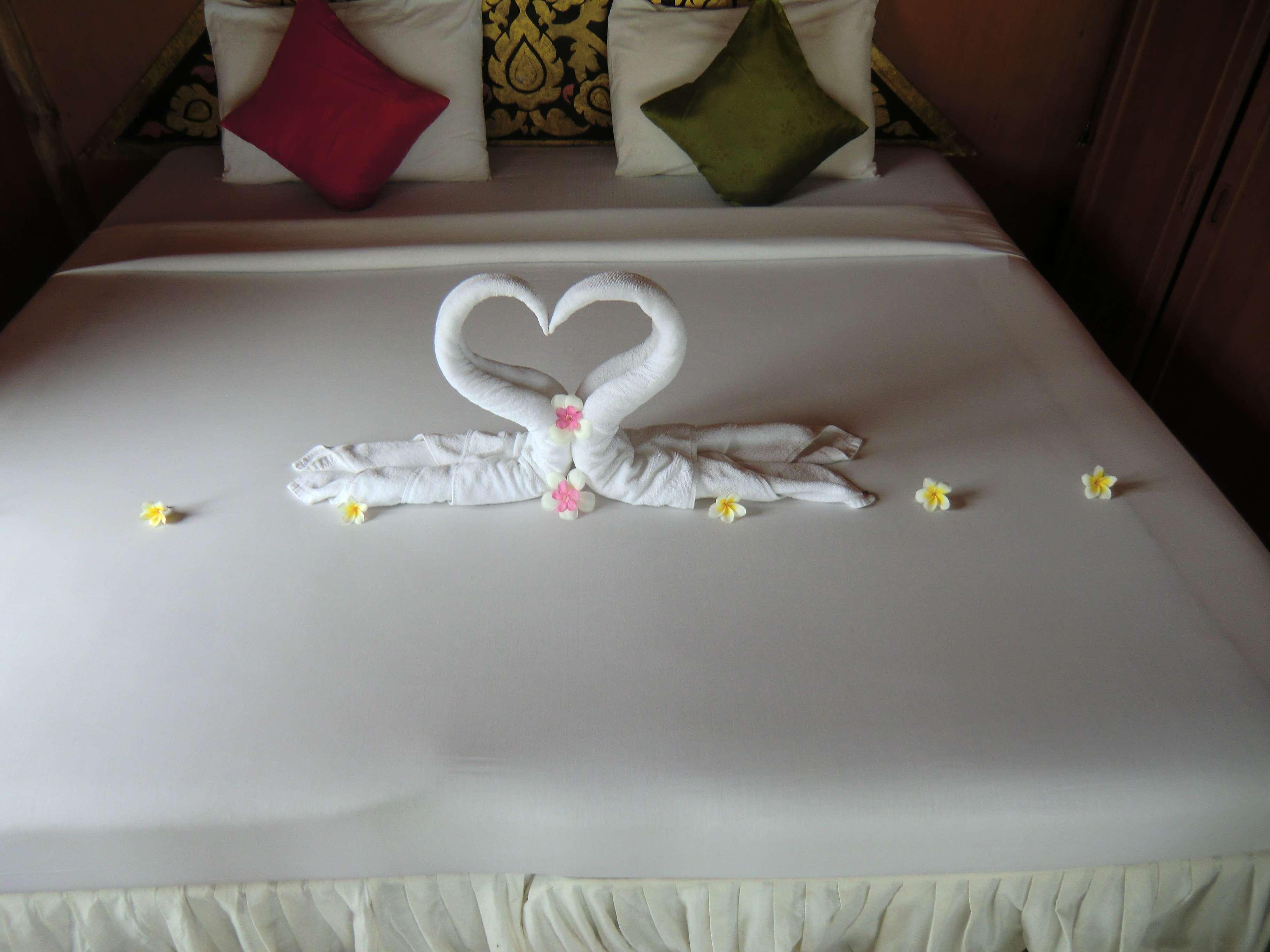 """zwei verliebte Schwäne im Bett...wenn dat mal nicht ne """"Sauerei"""" gibt.... ;-)"""